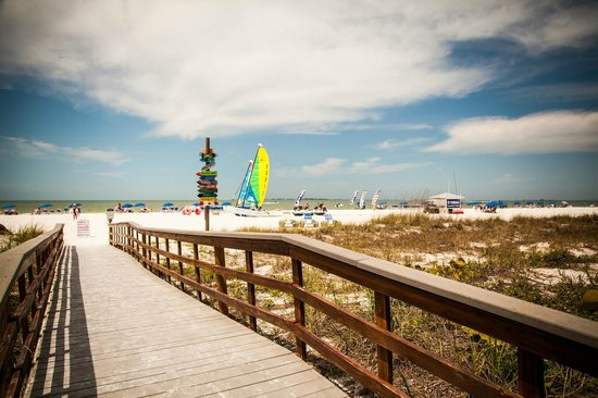 Pink Shell Beach Resort & Marina : walk way from hotel to beach