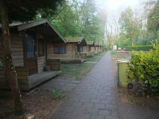 Camping Vliegenbos: row of bungalows that leads from the tents to the other parts of the camping