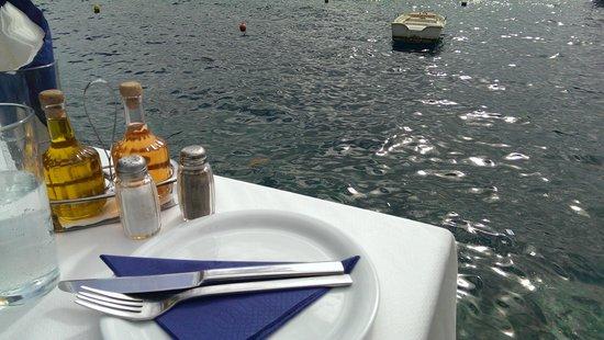 Sunset Ammoudi Taverna: 可坐靠岸邊的桌子