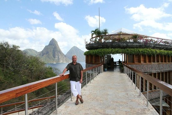 Jade Mountain Club: Walkway to the restaurant portion of the resort. Wow
