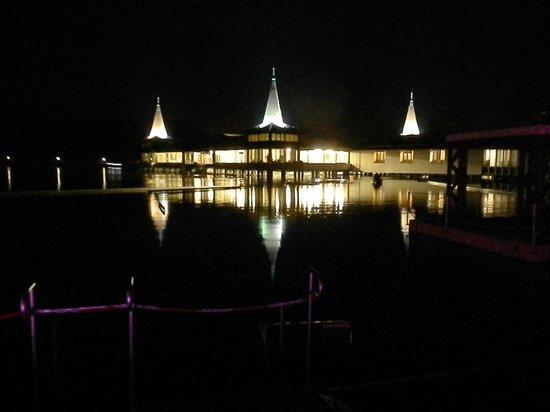 Thermal Lake of Heviz: Центральный павильон ночью