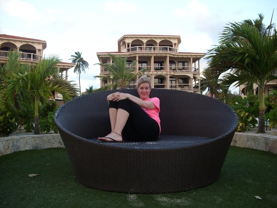 Coco Beach Resort : out front in the nice chairs