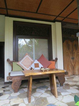 Puri Cantik Bungalow: Terrace in front of Alamanda Room