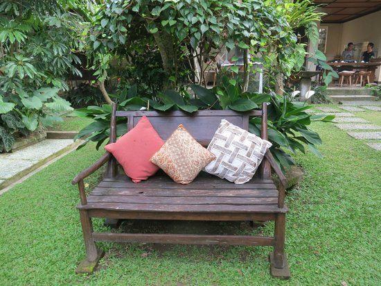 Puri Cantik Bungalow: Well kept Garden