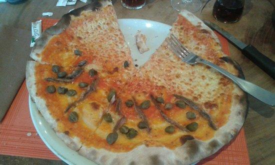 Kyriad Avignon - Courtine Gare: Une pizza moitié napolitaine et moitié anchois et câpres.
