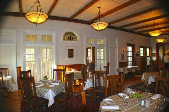 Elderberry Pond Restaurant: arts and crafts decor
