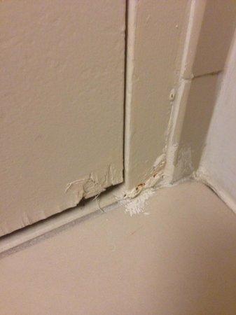 Hyatt Regency Orange County: paint on tile room 731