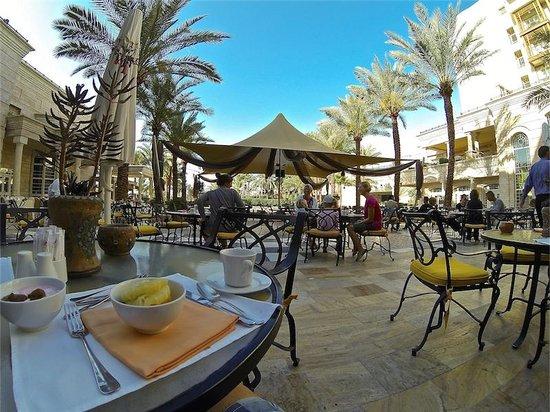 Movenpick Resort & Residences Aqaba : Frukost ute...