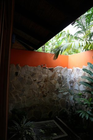 Rio Celeste Hideaway Hotel: Outside shower