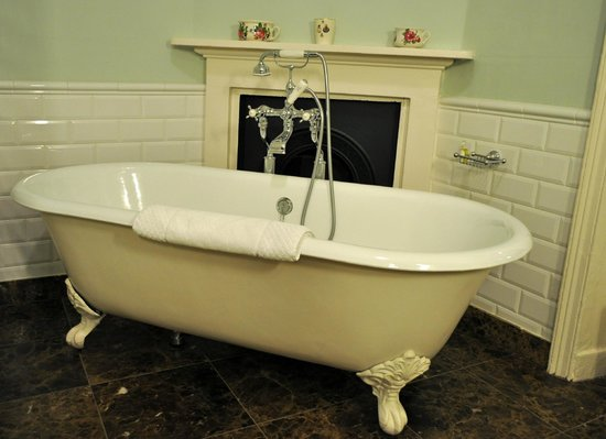 The Talbot Hotel Malton: Bath in the large (4 Poster Suite) bathroom,large shower also