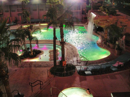 Hooters Casino Hotel : pool at night
