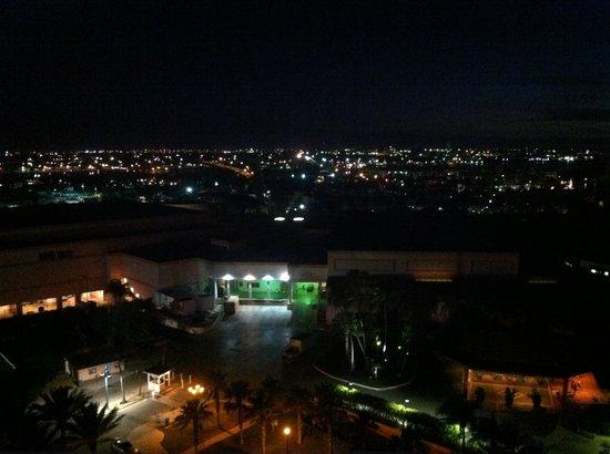 Hotel Riu Palace Paradise Island: Vista a noite olhando da sacada do quarto 11º