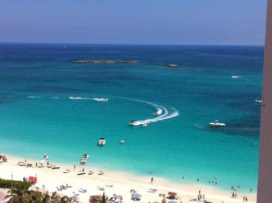 Hotel Riu Palace Paradise Island : Vista da praia olhando da sacada do quarto 11º