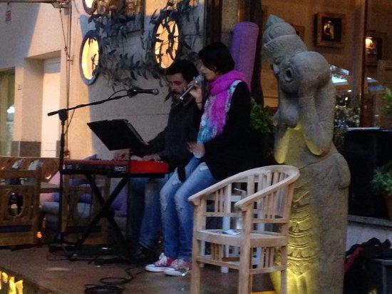 Live muziek op het terras bij Friends
