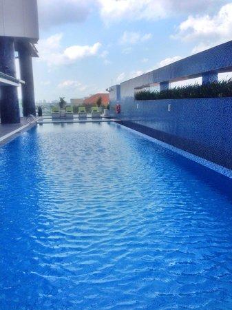 Pullman Saigon Centre : Swimming pool on the 6th floor