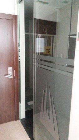 Apart-Suites Hostemplo: Bad im Einzelzimmer, 2. OG