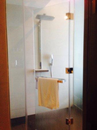 Pullman Saigon Centre : Shower area in Deluxe room