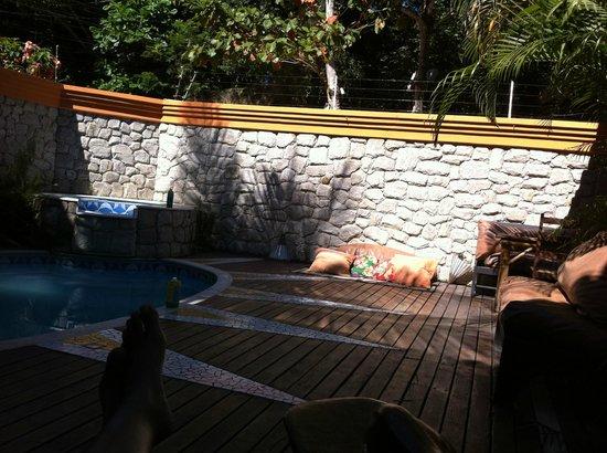 Pousada Toca do Leão : área da piscina