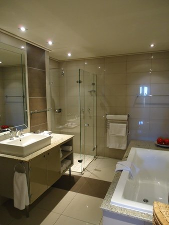 En suite bathroom picture of the cape royale cape town for Images of en suite bathrooms