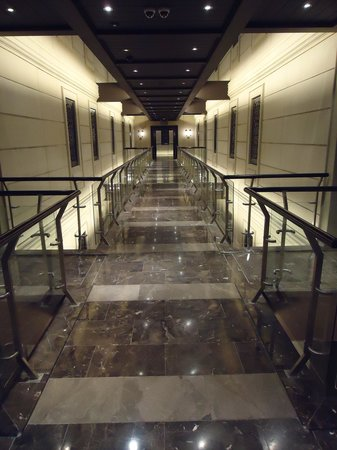 Cape Royale Luxury Hotel: main corridors