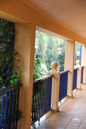 Hotel Guadalmina Spa & Golf Resort: Переходы на этажах
