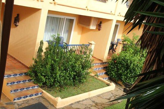 Hotel Guadalmina Spa & Golf Resort: Вход в  номер на первом этаже