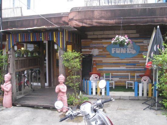 FUN-D Hostel: Entrance.