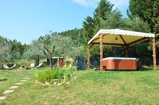 Nonna Rana Holidays Apartments: Giardino con jacuzzi