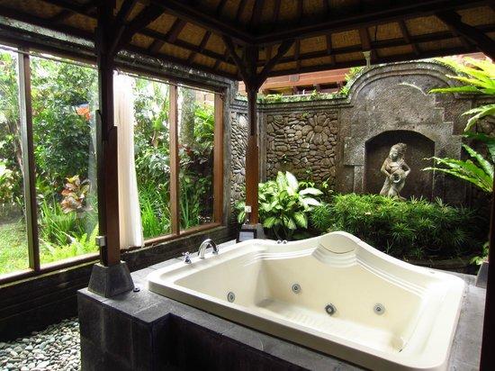 Tegal Sari: bathroom