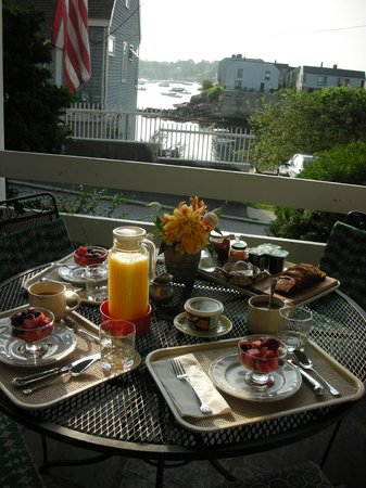 Harborside House : Breakfast on the porch