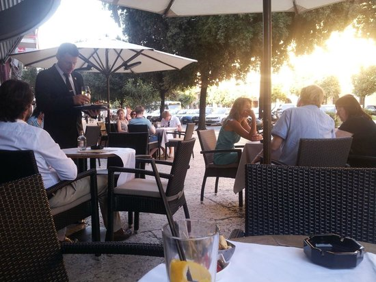 Bar Bacosi: i tavolini su corso porta nuova