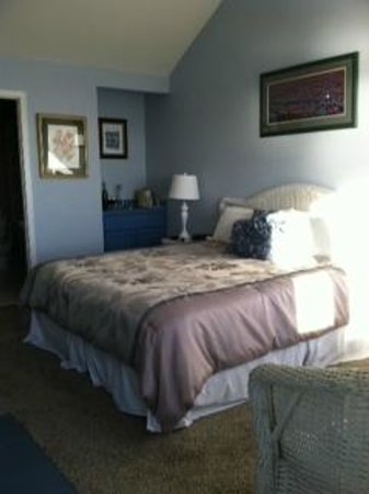 Breakers Inn: Nice size bedroom with wet bar, frig and micro wave