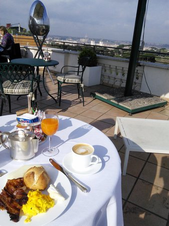 Rome Marriott Grand Hotel Flora: Breakfast with a view of St. Peters