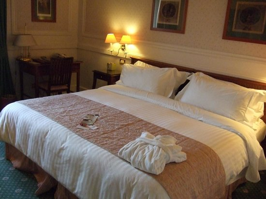 Rome Marriott Grand Hotel Flora: Comfortable, large bed