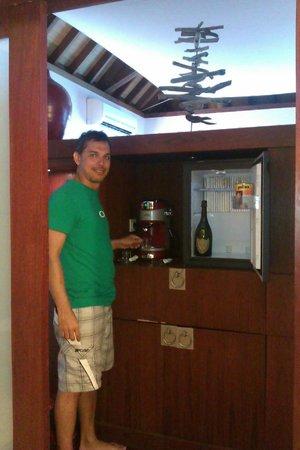Sofitel Bora Bora Marara Beach Resort : over the water bar with expresso machine