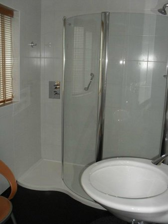 Penhelig Arms: Shower in downstairs bathroom