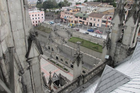 Basílica: Looking down the side entrance