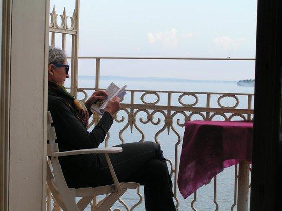 Grand Hotel Gardone: バルコニーで読書