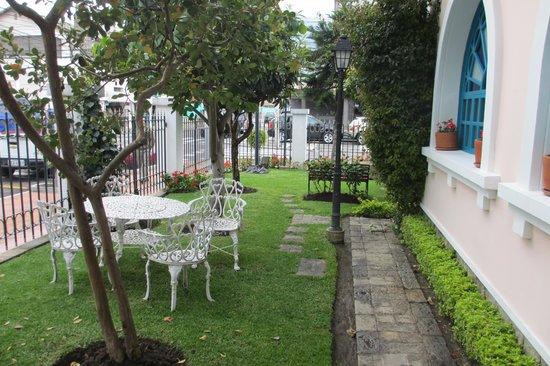 Vieja Cuba: Garden next to the busy street