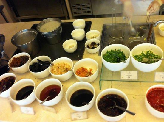 Crowne Plaza Beijing International Airport: Parte de buffet de desayuno tipico chino
