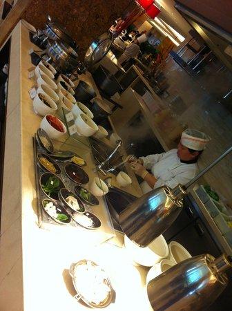 Crowne Plaza Beijing International Airport: Otra vista del buffet de desayuno tipico chino