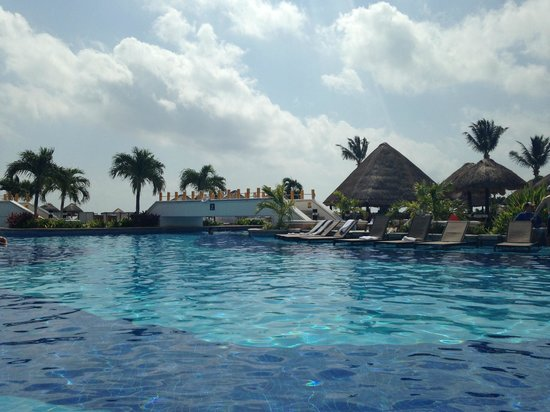 Moon Palace Cancun: piscina em frente ao mar