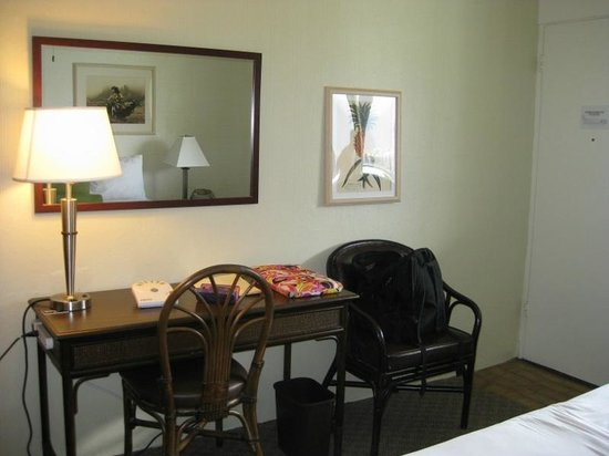 Maui Seaside Hotel: Desk area