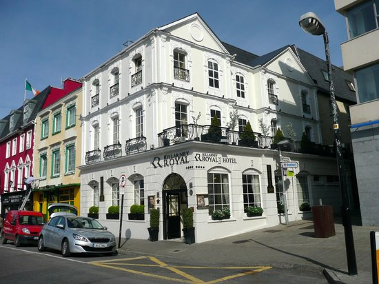 Killarney Royal: Hotel from main road