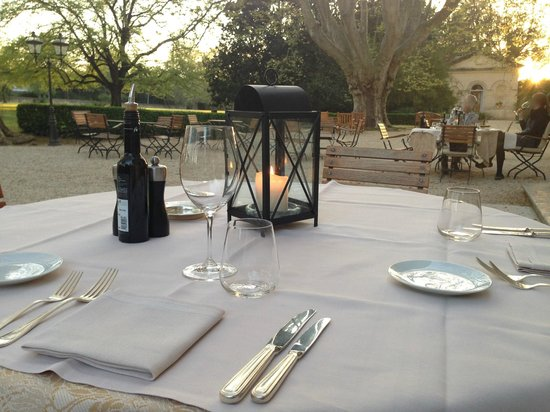 Le Chateau des Alpilles: romantic dinner setting