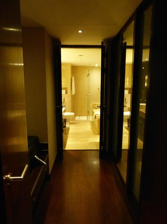 Holiday Inn Bangkok: Junior Suite Walk-in Wardrobe into Bathroom