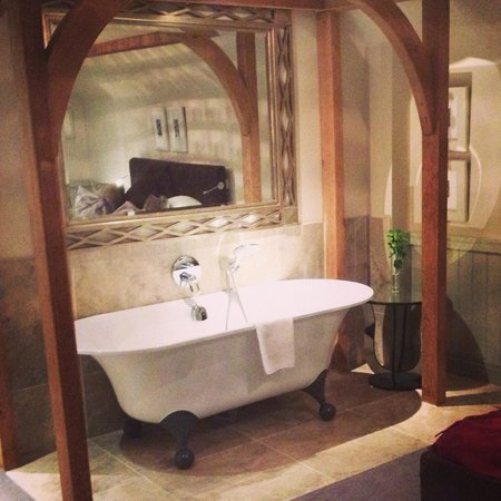 The Farmhouse Hotel: Bathtub in room 3