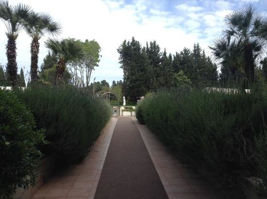 Crowne Plaza Rome - St. Peter's: walkway up to pool
