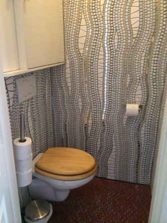 Amphora Apartment: Greet's beautiful mosaic work, even in the WC