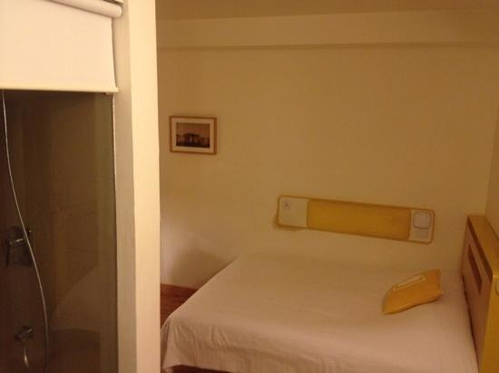 bloomrooms @ New Delhi Railway Station: double comfort room